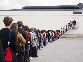 File:Pila - Stand in line.PNG