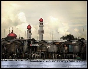 Taluksangay mosque behind stilts homes.jpg