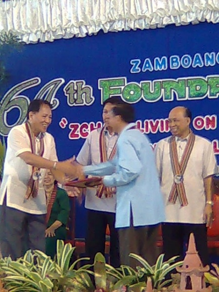 File:Mijares roger receiving award 0809.jpg