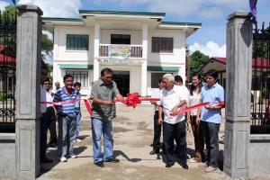 Taluksangay Barangay Hall, Logregat and Nuno cutting the ribbon.JPG